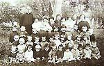 Ks. Jan Zieja z dziećmi na Polesiu Archiwum