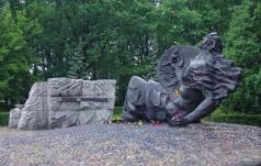 Modlitwa na Cmentarzu Powstańców Warszawskich