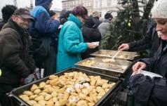 Kraków: tysiące osób na 21. wigilii dla bezdomnych i potrzebujących na Rynku Głównym