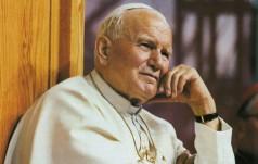 Przed odlotem papież modlił się przy grobie św. Jana Pawła II