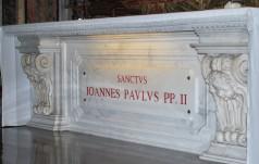 Przed podróżą do Polski papież modlił się przy grobie św. Jana Pawła II