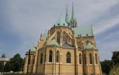 Łódź: na placu katedralnym odsłonięto pomnik ofiar katastrofy smoleńskiej