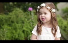3-letnia dziewczynka śpiewa o miłości Jezusa