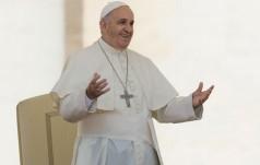 Papież przeszedł przez Bramę Miłosierdzia i spowiada młodych