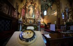 Franciszek modlił sie przy relikwiach św. siostry Faustyny