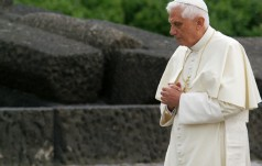 Benedykt XVI modli się za ofiary zamachu w Monachium