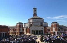 W sanktuarium św. Jana Pawła II rozpoczęła się Msza pod przewodnictwem Franciszka