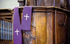 Włochy: 97-letni ksiądz pobity w kościele