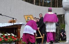 Silny wiatr przewrócił obraz Matki Bożej. Podniósł go… prezydent Andrzej Duda