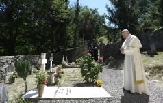 Papież na grobach prekursorów posoborowego Kościoła