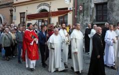 Bp Wróbel: Krzyż jest znakiem obecności Boga