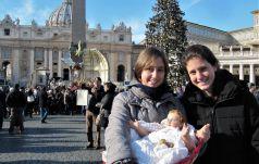 Papież pobłogosławił figurki Dzieciątka Jezus