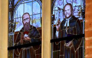 U Braci ewangelików odsłonięto witraże katolickich świętych