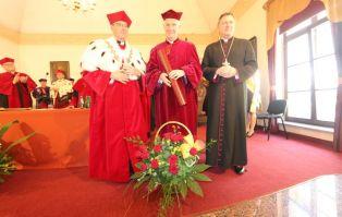 Bp Ignacy Dec uhonorowany  tytułem doktora...