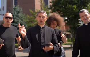 Dwóch księży i raper parodiują znany hit