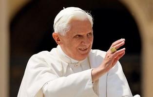 """Benedykt XVI stanowczo potępia ideę """"małżeństwa..."""