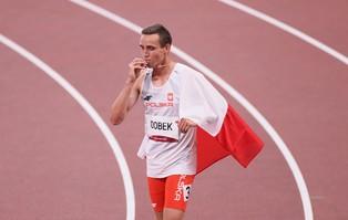 Brązowy medalista olimpijski tuż po zdobyciu medalu...