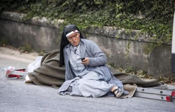 Siostra ocalona z gruzów po trzęsieniu ziemi