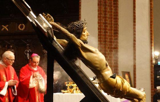 Cudowny Krucyfiks Baryczków powrócił do archikatedry