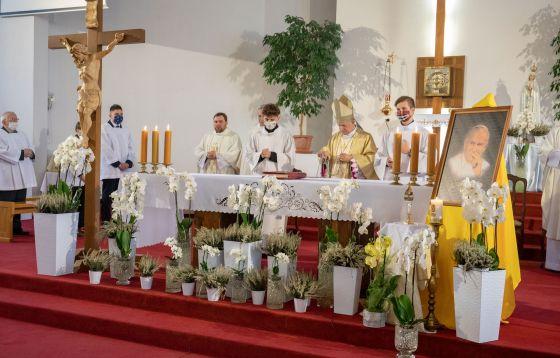 Łódź: Wprowadzenie relikwii Świętego Jana Pawła II do parafii pw. Najświętszej Eucharystii.