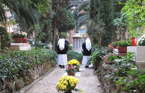 Papież na watykańskim cmentarzu