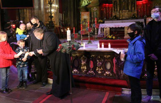 Zapłonęła świeca Wigilijnego Dzieła Pomocy Dzieciom