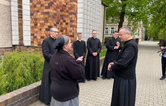 Biskup u przyszłych diakonów w Pniewach