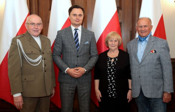 Łódź: Medal 100-lecia Odzyskania Niepodległości dla o. Józefa Łągwy SJ.