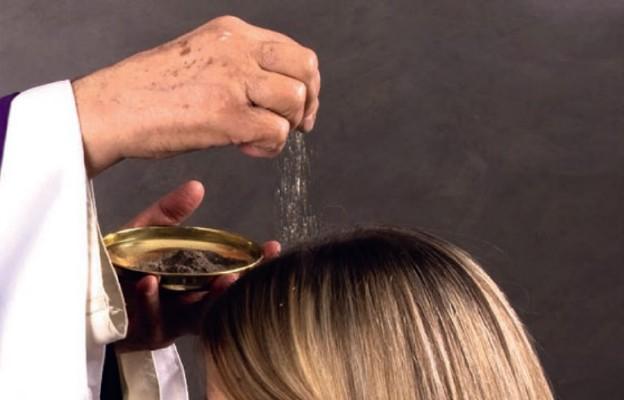 Co oznacza posypanie głów popiołem?