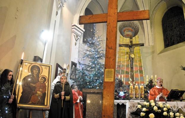 Krzyz i ikona Maryi w sanktuarium w Lelowie