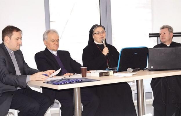 Prelegenci seminarium o wolontariacie. Od lewej: ks. kan. Maciej Szmuc, ks. kan. dr Kazimierz Półtorak, s. dr Dominika Steć ZSJM i ks. kan. Janusz Zachęcki