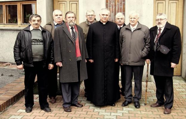 Delegacja Zarządu Towarzystwa Miłośników Ziemi Kamienieckiej wraz z ks. prał. Rafałem Kozłowskim