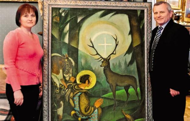 Valentyna Turowska i Janusz Hodyr przy odnalezionym obrazie z Kaplicy Hubertowskiej we Lwowie