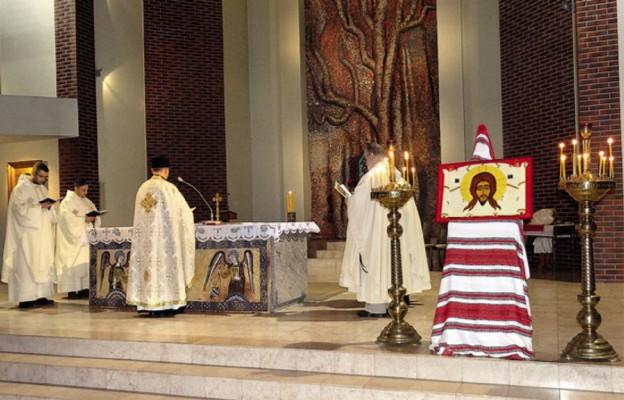 Początek Boskiej Liturgii św. Jana Chryzostoma - kapłan śpiewa ektenię pokoju