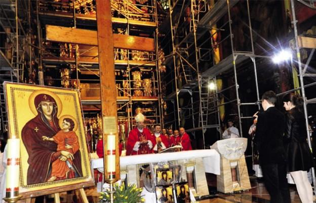 Uroczystość dziękczynna za czas łaski nawiedzenia krzyża i ikony pod przewodnictwem bp. Grzegorza Kaszaka