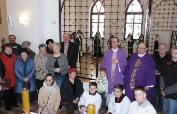 Po Mszy św. w kaplicy łasińskiego Karmelu