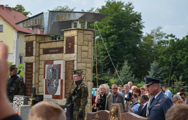 Polskie Orły - pomnik odsłonięto 30 sierpnia 2014 r. na cmentarzu parafialnym w Morawicy. 19 kwietnia odsłonięte zostaną nowe tablice z nazwiskami pilotów