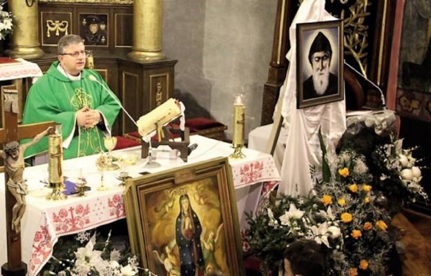 Ks. Jarosław Cielecki wprowadził relikwie św. Charbela do kościoła w Istebnej