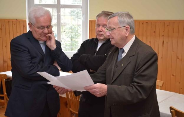Bp Franjo Komarica podczas spotkania z członkami komisji