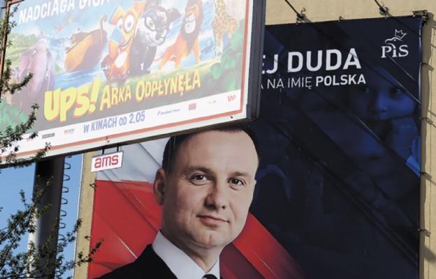 Przed sztabem wyborczym Andrzeja Dudy