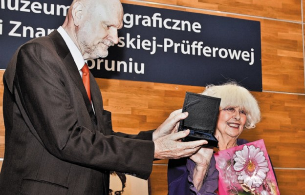 Barbara Wachowicz odbiera medal Thorunium
