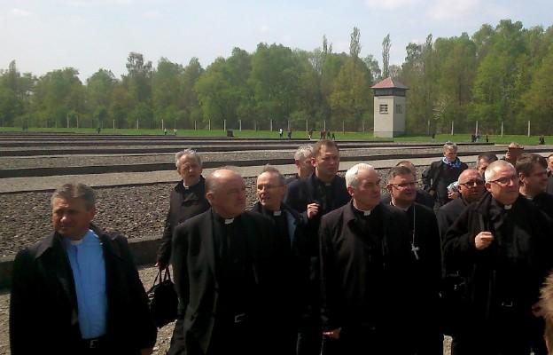 Duchowni z diecezji toruńskiej wśród zwiedzających obóz muzeum w Dachau