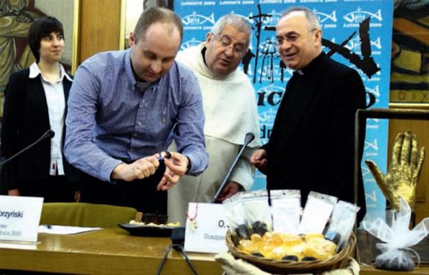 Podczas konferencji prasowej w KEP zaprezentowano działanie kadzidła. Woreczki z kadzidłem zostaną rozdane uczestnikom spotkania na Lednicy