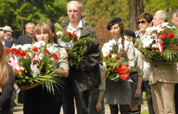 Wśród składających kwiaty byli także harcerze