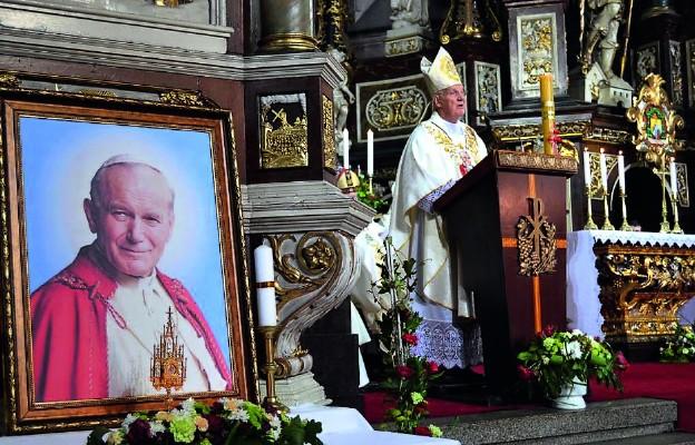 """Bp Ignacy Dec wygłosił homilię podczas Mszy św. na zakończenie Dni św. Jana Pawła II """"Pamięć i Obecność"""" w Świdnicy"""