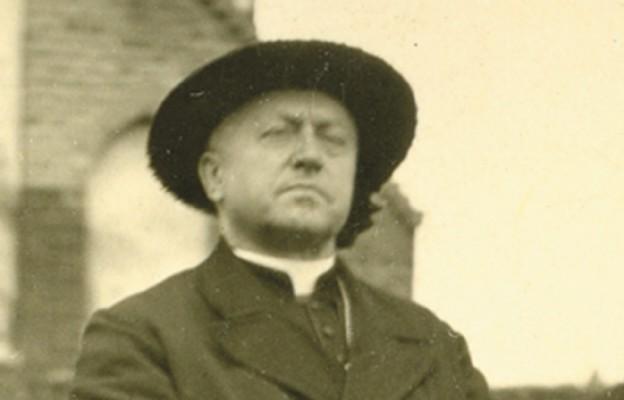 Wizyta prymasa Polski kard. Augusta Hlonda i towarzyszącego mu prymasa Anglii kard. Griffina w Oławie, kwiecień 1947 r.