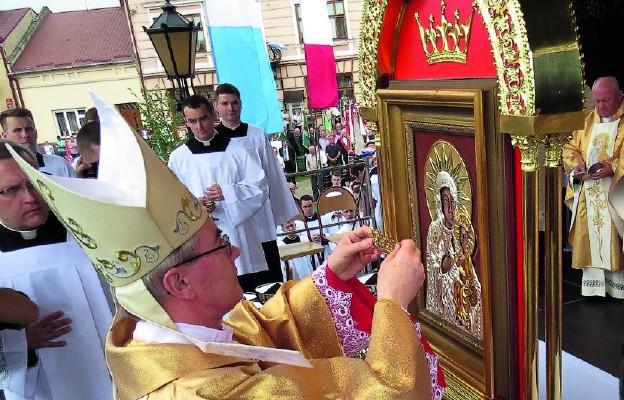 Bp Jan Wątroba dokonuje koronacji obrazu Matki Bożej Głogowskiej, Uzdrowienia chorych