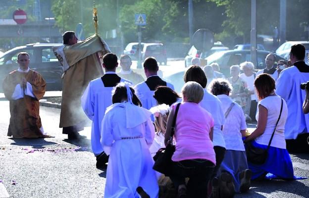 Błogosławieństwo miastu podczas procesji na zakończenie Roku Serca Pana Jezusa w naszej archidiecezji