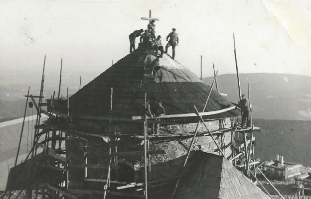 Kaplica św. Wawrzyńca na Śnieżce (1602 m n.p.m.) w końcowej fazie remontu, z widoczną 8-osobową brygadą górali cieśli z Zubrzycy Górnej (sierpień 1976 r.)