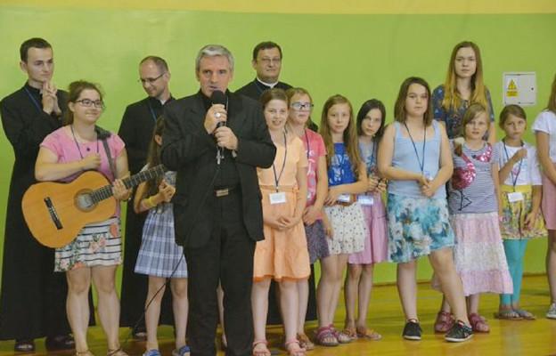 Uczestników wakacyjnych oaz odwiedził bp Krzysztof Nitkiewicz